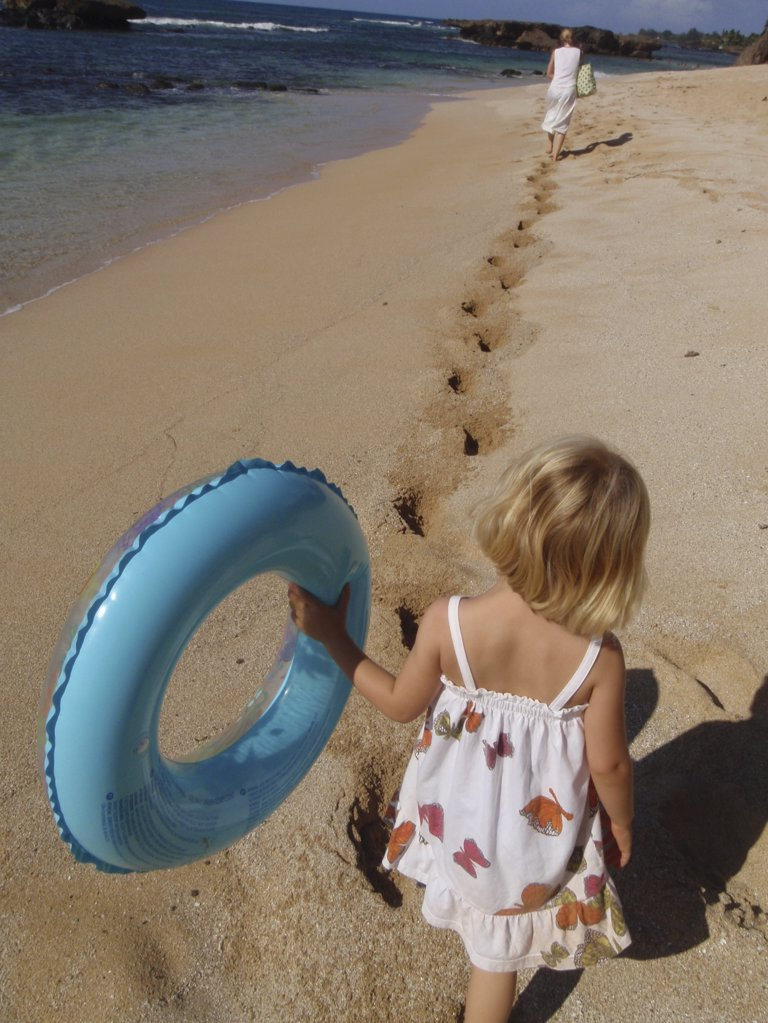 Stock Photo: 1841R-83630 kleines M‰dchen folgt den Fussstapfen der Mutter im Sand
