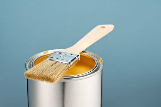 Close-up of paint brush on paint can : Stock Photo
