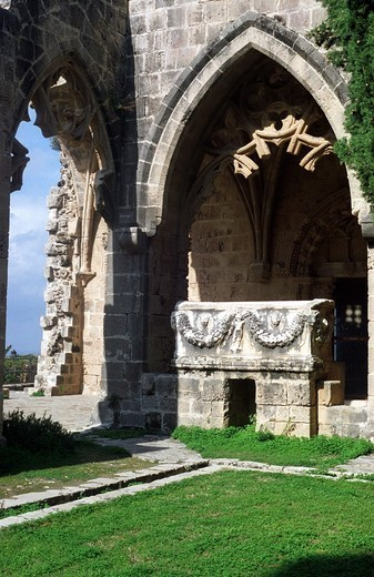 The forecourt leads to the exquisite cloister´s 18 arches  Under one of the northern arches are two Roman sarcophagi which once served as wash basins  Bella Pais abbey or Abbey of Peace 1198 - 1205 is a masterpiece of Gothic art, the most beautiful in the : Stock Photo