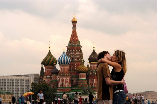 Stock Photo: 1844-8945 Red Square, St Basil´s Cathedral, lovers kissing , Moscow, Russia, Europe