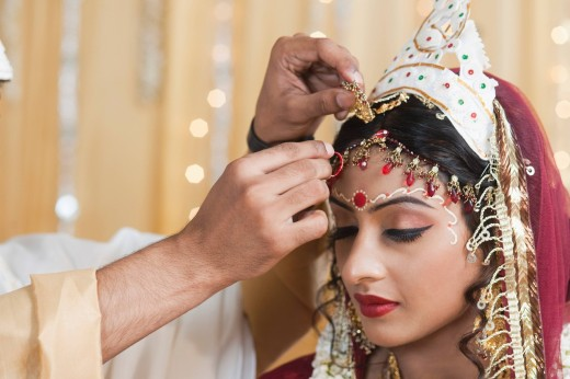 Couple performing Sindoor Daan ceremony in Bengali wedding : Stock Photo