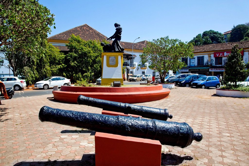 Cannons and the statue of Abbe Faria in Panaji, Goa, India : Stock Photo
