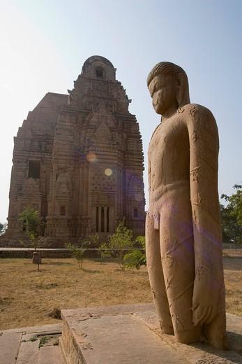 Statue with temple in the background, Teli Ka Mandir, Gwalior, Madhya Pradesh, India : Stock Photo