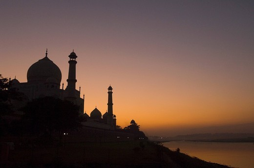 Stock Photo: 1846-5273 Silhouette of a mausoleum, Taj Mahal, Agra, Uttar Pradesh, India