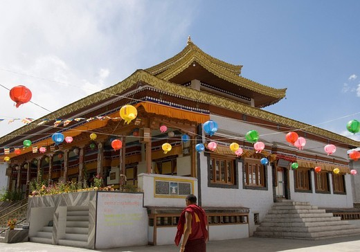 Stock Photo: 1846-5806 Monk in front of a monastery, Chokhang Vihara, Leh, Ladakh, Jammu and Kashmir, India