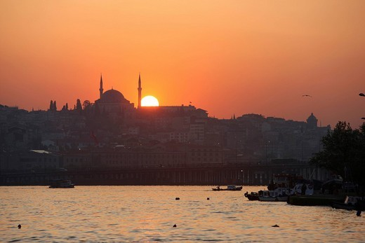 Sunset over the Golden Horn, silhouette of Yavuz Selim Mosque, Istanbul, Turkey : Stock Photo