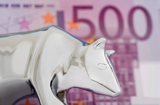 Figure of bear in front of 500 Euro banknote. Symbol for falling market prices at the financial market. : Stock Photo