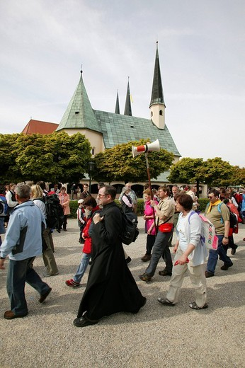 Stock Photo: 1848-115758 Pilgrims circling the Gnadenkapelle chapel in Altoetting, Upper Bavaria, Bavaria, Germany, Europe