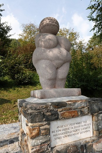 Oversize copy of the Venus of Willendorf, in the place of discovery in Willendorf, Wachau, Waldviertel dictrict, Lower Austria, Europe : Stock Photo