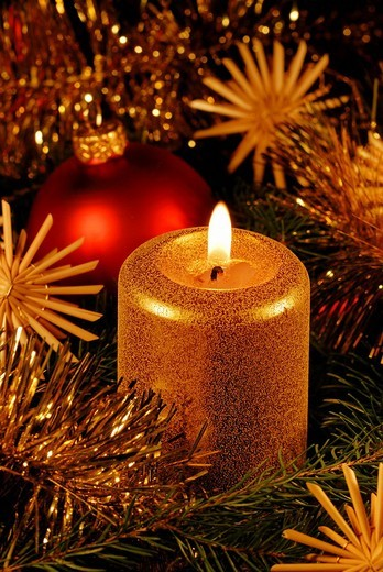 Stock Photo: 1848-121654 A burning candle with Christmas decoration