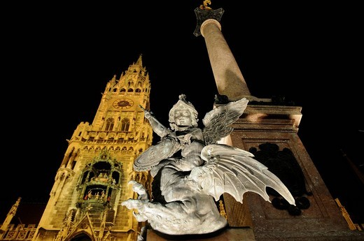 Nighttime shot, angel statue in front of the Mariensaeule Marian Column with the town hall in the background, Marienplatz Marian Square, Munich, Bavaria, Germany, Europe : Stock Photo