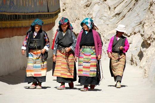 Tibetan pilgrims in traditional dress at kora around Kumbum Pelkor Chöde Monastery Gyantse Tibet China : Stock Photo