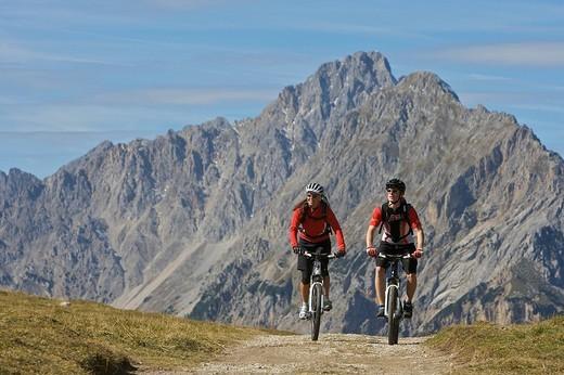 Stock Photo: 1848-132543 Mountainbike riders, male and female, at Hochalmsattel plateau near Karwendelhaus, alpine club house, Scharnitz, Tyrol, Austria, Europe