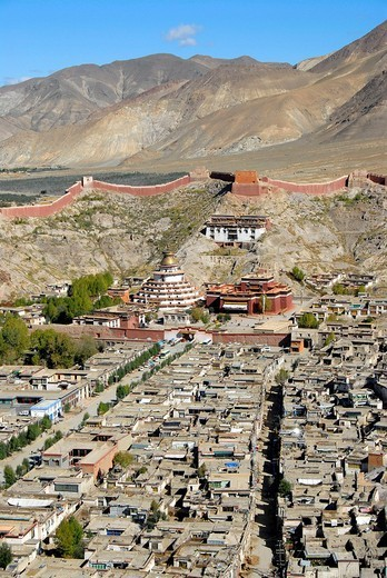 Tibetan Buddhism, Pelkor Choede Monastery with a Kumbum stupa behind the historic centre, Balkor Monastery, Gyantse, Himalayas, Tibet Autonomous Region, People´s Republic of China, Asia : Stock Photo