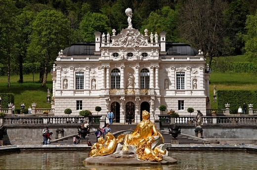 Front view of Linderhof Castle, fountain, Upper Bavaria, Bavaria, Germany, Europe : Stock Photo