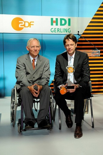 Federal Interior Minister Wolfgang Schaeuble and Rudi Cerne, a ZDF TV presenter at the award ceremony of the XY Prize to the winners of 2009 from the programm Aktenzeichen XY ungeloest, unresolved files XY, in the ZDF Berlin Studios in Berlin, Germany, Eu : Stock Photo