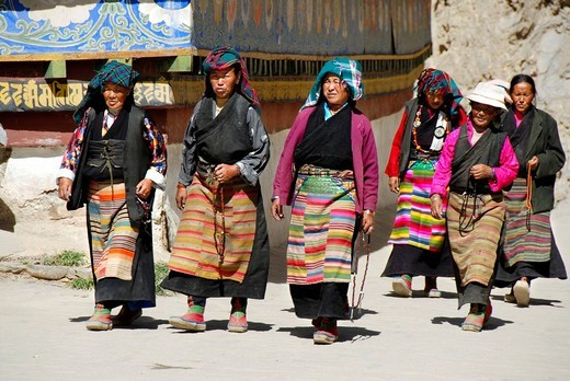 Stock Photo: 1848-158285 Tibetan pilgrims in traditional dress at kora around Kumbum Pelkor Chöde Monastery Gyantse Tibet China