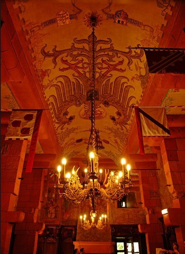 Ceiling, chandelier and banners in the knight´s hall at the Château du Haut_Kœnigsbourg fortress, Alsace, France, Europe : Stock Photo