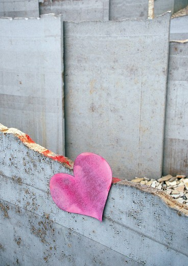 Stock Photo: 1848-176679 A heart at a concrete wall