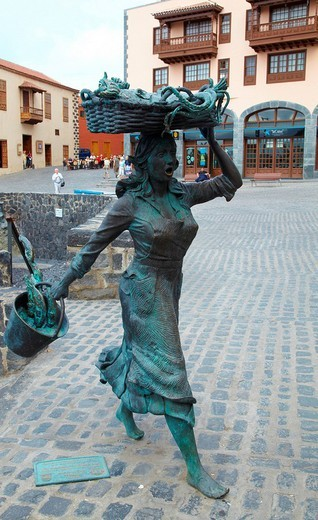 Statue of a fishmoner woman in Puerto de la Cruz, Tenerife, Spain : Stock Photo