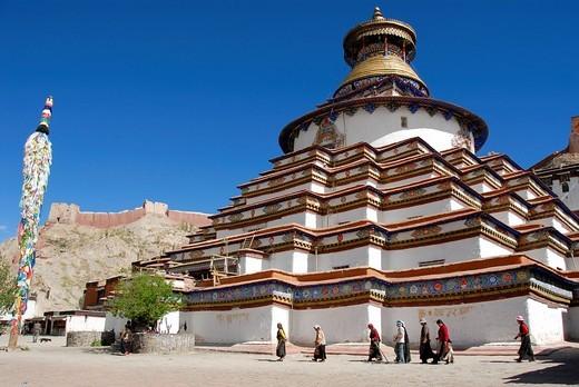 Tibetan pilgrims at kora around Kumbum Pelkor Chöde Monastery Gyantse Tibet China : Stock Photo