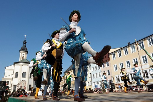 Stock Photo: 1848-188366 Historic sword dance, Georgiritt, George´s Ride, Easter Monday procession, town square with parish church in Traunstein, Chiemgau, Upper Bavaria, Bavaria, Germany, Europe