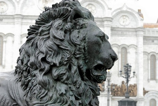Bronze lion at front of monument to Russian tsar Alexander II and the Cathedral of Christ the Saviour, Moscow, Russia : Stock Photo