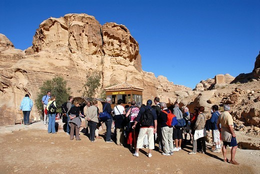 Tourists in front of the Visitor´s Centre at the entance of the Siq, gorge, the entrance to the ancient Nabataean rock city of Petra, Wadi Musa, Valley of Moses, Jordan, Middle East, Asia : Stock Photo