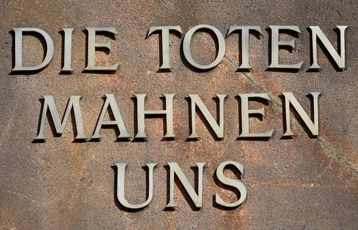 Inscription: The deads remind us on a stele at the Memorial place of the Socialists on the central cemetery in Berlin Lichtenberg, Germany, Europe : Stock Photo