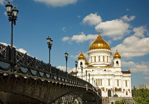 The river Moscva with the Bridge to Christ the Savior Cathedral, Moscow, Russia, East Europe, Europe : Stock Photo