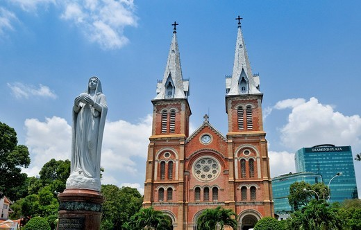 Notre Dame Catholic Cathedral, Nha Tho Duc Ba _ Church of our Lady, with Madonna statue, in the back the Diamond Plaza Shopping Center, Saigon, Ho Chi Minh City, Vietnam, Southeast Asia : Stock Photo