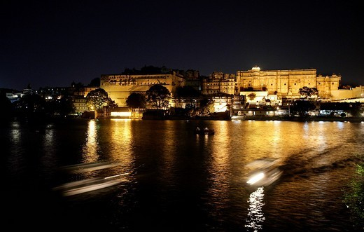 The illuminated City Palace in Udaipur on Lake Pichola at night, Rajasthan, India : Stock Photo