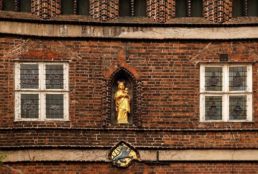 Gold_plated saint figurine, Mary with child, and the old town hall´s coat of arms, Lueneburg, Lower Saxony, Germany, Europe : Stock Photo