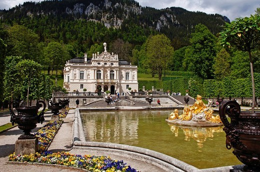 Front view of Linderhof Castle, fountains, Upper Bavaria, Bavaria, Germany, Europe : Stock Photo