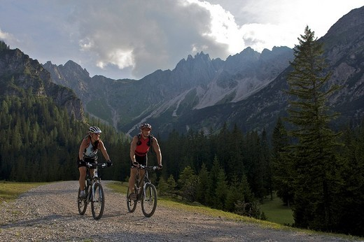 Stock Photo: 1848-224040 Montainbike riders, female and male, in the Eppzirler Tal valley below the Eppzirler Alm alpine pasture near Scharnitz, Tyrol, Austria, Europe