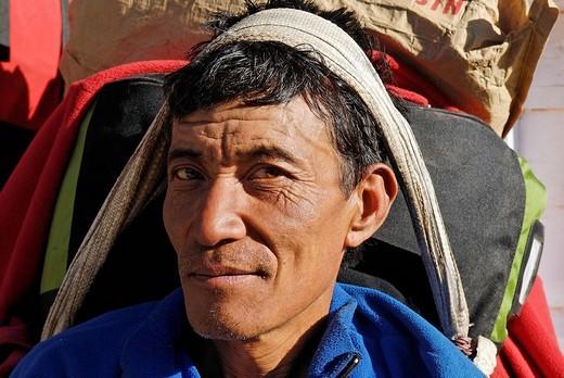 Nepalese Sherpa porter, Sagarmatha National Park, Khumbu, Nepal : Stock Photo