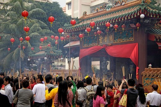 Chinese New Year ceremony with incense sticks in front of the buddhist Kwam Im Tong Hood Che temple in Singapore, Asia : Stock Photo