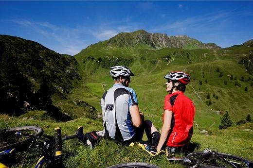 Mountain bikers having a break, Mt Galtenberg in the back, Kitzbuehl Alps, Alpbachtal, North Tyrol, Austria, Europe : Stock Photo