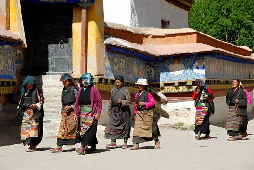 Tibetan pilgrims in traditional dress at kora around Kumbum Pelkor Chöde Monastery Gyantse Tibet China : Stock Photo