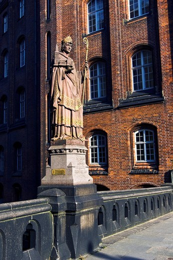 Statue of St. Ansgar on the Trostbruecke Bridge and Patriotic Society building, Hamburg, Germany, Europe : Stock Photo