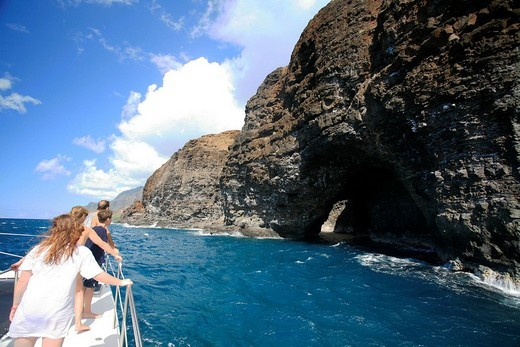 Stock Photo: 1848-237542 Tourists on a boat viewing a cave entrance on the Na Pali coast, Kaua´i Island, Hawaii, USA