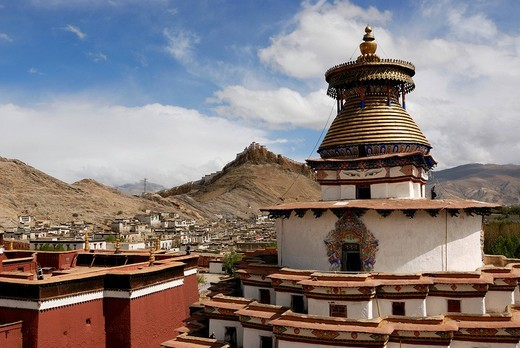 Stock Photo: 1848-242125 Gyantse Kumbum temple and Pelkor Choede monastery in front of Tibetan fortress, Tibetan: Dzong, seen from Gyantse with parts of the old town, Gyantse, Central Tibet, Tibet, China
