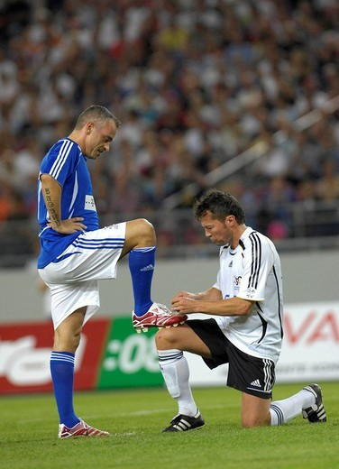 Lothar MATTHAeUS GER polishes shoes of Eros RAMAZZOTTI 25 years anniversary match of 1982 world cup final Germany vs Italy 4:4 : Stock Photo