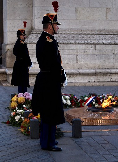 Two soldiers at the grave of the Unknown Soldier, guarding the Eternal Flame of Remembrance, under the Arc de Triomphe, Paris, France, Europe : Stock Photo