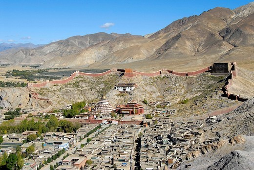 Tibetan Buddhism, Pelkor Choede Monastery with surrounding wall, Balkor monastery, Kumbum stupa, historic centre and countryside, Gyantse, Himalayas, Tibet Autonomous Region, People´s Republic of China, Asia : Stock Photo