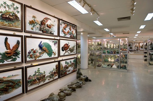 Showroom, jade figures and jewellery on display at the Singapore GEMS + Metals Co. PTE Ltd., Singapore, Southeast Asia : Stock Photo