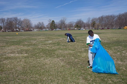 Volunteers from Wayne State University and the Cornerstone community organization clean litter from Balduck Park, Detroit, Michigan, USA : Stock Photo