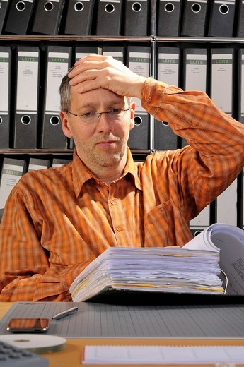 Stock Photo: 1848-267618 Stressed man, hand on his head