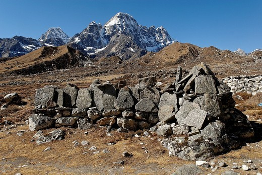 Mani wall at Thangnak 4700 with Pharilapche 6017, Sagarmatha National Park, Khumbu Himal, Nepal : Stock Photo