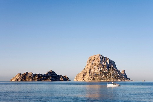 Boat in front of the rock island Es Vedra, Cala d´Hort, Ibiza, Balearic Islands, Spain, Europe : Stock Photo